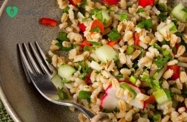 Pikantní kuřecí salát s kroupami