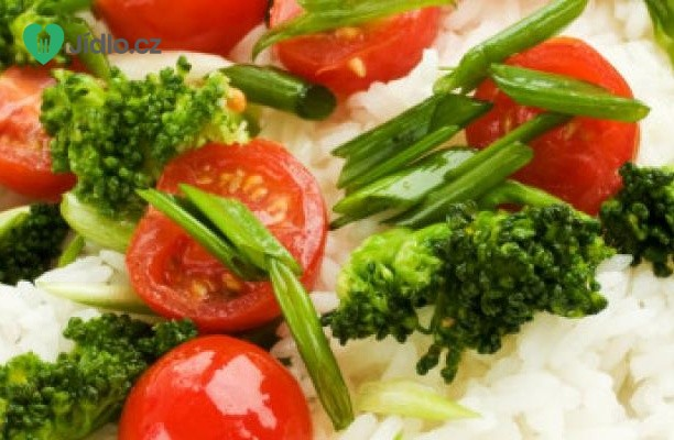 Thajská rýže s brokolicí a rajčaty