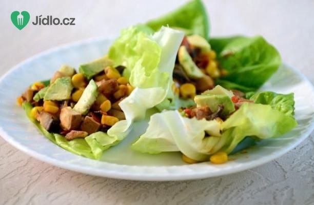 Zeleninový salát s avokádem a sýrem tofu
