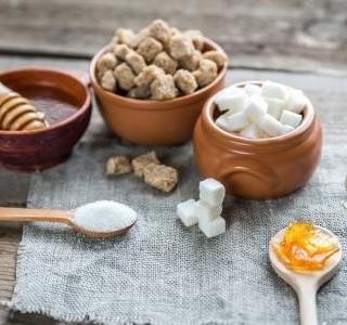Čím vším lze sladit a cukr to není – pár alternativ k obyčejnému cukru