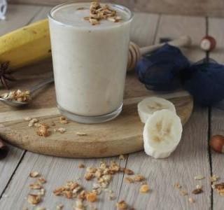 Banánové smoothie s medem a lískovými oríšky