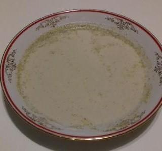 Brokolicová polévka se smetanou a chlebovými krutonky