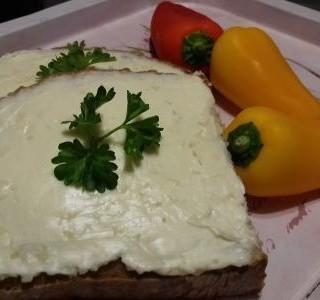Česneková pomazánka s čerstvým chlebem a zeleninou