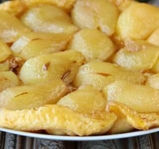 Francouzský koláč Tarte Tatin s jablky a hruškami