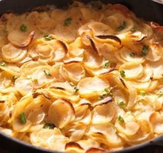 Gratinované brambory s celerem a sýrem feta
