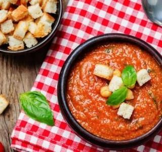 Hustá rajčatová polévka s  chlebovými krutony