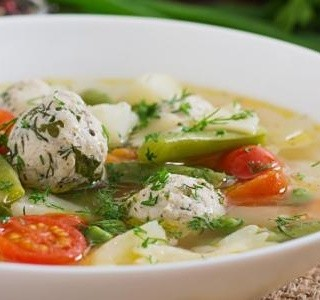 Jarní minestrone s kuřecími kuličkami