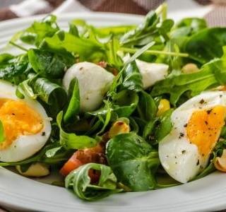 Jarní salát s vejci a zelenými lístky