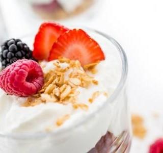 Jogurtový pohár s ovocem a cereáliemi