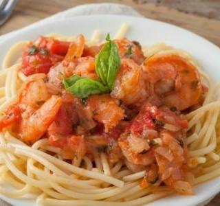 Krevety se špagetami a rajčatovou omáčkou