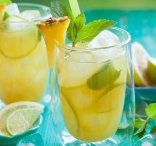 Letní punč z meruněk a ananasu s limetkou