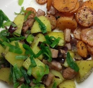 Opečené brambory  s dušenou mrkví a uzeným masem