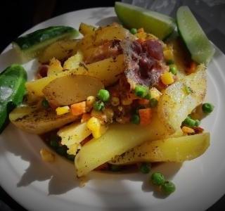 Opečené brambory se zeleninou a šunkovým kolenem