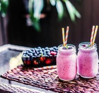 Ovocný jahodovo-borůvkový koktejl