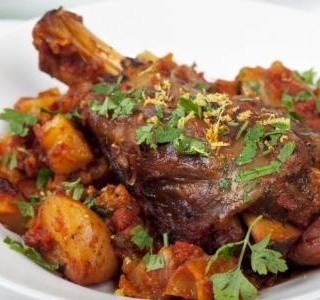 Pečené jehněčí s gratinovanými brambory