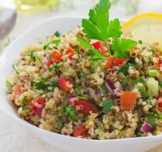 Quinoa s lískovými oříšky, jablkem a  brusinkami