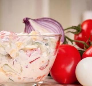 Rajčatový salát se zakysanou smetanou