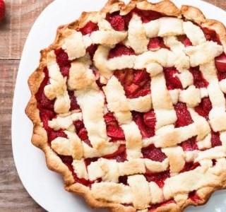 Rebarborový koláč s jahodami