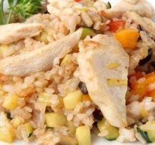 Salát s rýží a s marinovanými kuřecími kousky