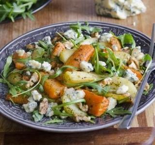 Salát s restovanou zeleninou, jogurtem a sýrem