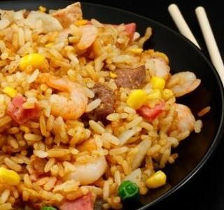 Smažená rýže se slaninou a  krevetami
