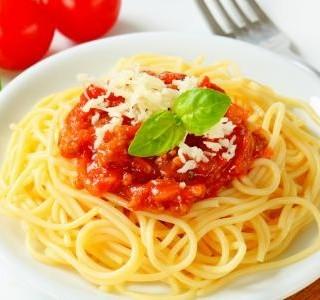 Špagety s lilkovo-rajčatovou omáčkou