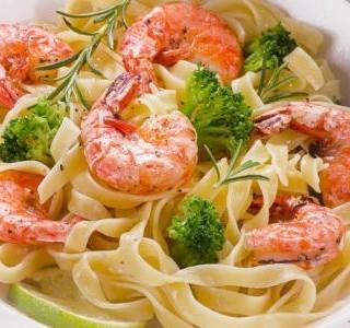 Těstoviny fettuccine s krevetami a brokolicí
