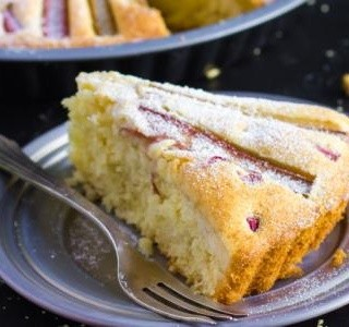 Výborný rebarborový koláč se zakysanou smetanou