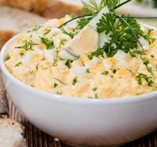 Vaječný salát s domácí majonézou