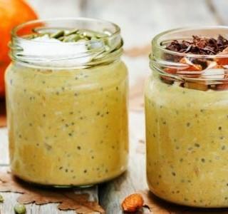 Zdravá snídaně z dýňového pyré a jogurtu