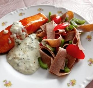 Losos s celozrným těsotivnovým salátem a nivovou omáčkou