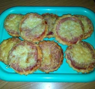 Mini pizza se šunkou a sýrem