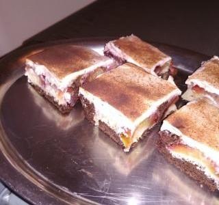 Obrácený švestkový koláč se zakysanou smetanou.