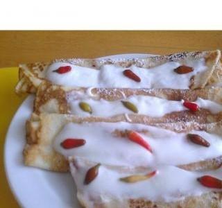 Palačinky s chili  marmeládou , s kys. smetanou  a  ozdobene  chili  papričkami-  mnammm
