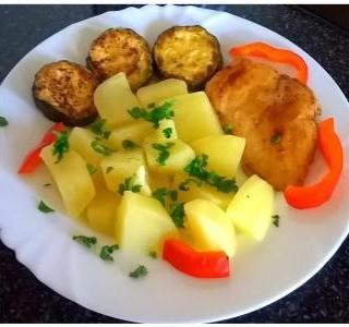 Pečená cuketa s kuřecím masem a brambory