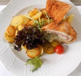 Plněná kuřecí kapsa a opečené brambory