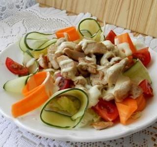 Zeleninový salát s kuřecím masem a dresinkem