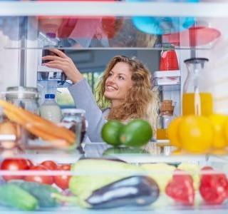 Jak uložit potraviny, aby zůstaly dlouho čerstvé? Zorganizujte lednici!