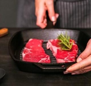Perfektní steak? Důležitý je výběr pánve i péče o ni!