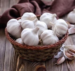 Potřebujete snížit tlak a cholesterol, zlepšit trávení a prospět svému srdci? Nebo se potřebujete doma zbavit upírů, odradit zloděje a odvrátit závist? Vsaďte na česnek.
