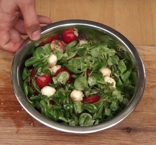 Salát s polníčkem, rajčaty a mozzarellou video recept