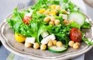 Řecký salát s cizrnou