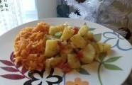 Dušená mrkev a opečené brambory na cibulce s cherry rajčátky