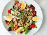 Francouzský nicoise salát s tuňákem