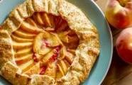 Mandlový koláč s broskvemi