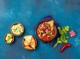 Mexická fazolová polévka s tortillou a avokádem