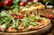 Pizza s houbami, chřestem a čtyřmi druhy sýra