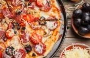 Salámová pizza s klobásou chorizo a  olivami