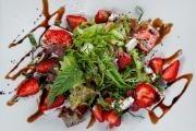 Salát s jahodami a sýrem feta
