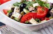 Zeleninový salát s naloženým sýrem